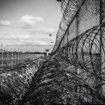 【超!閲覧注意】刑務所内での暴動。ナイフで刺されまくる囚人のグロ動画。