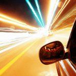 高速道路でドラッグレース中、猛スピードの車が衝突する衝撃映像。
