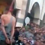 """死刑となった男が """"ゆっくりと絞首刑となる様子"""" を見て歓声を上げる群衆。"""