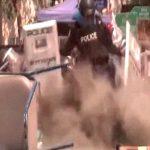 【衝撃映像】手榴弾を蹴り上げようとした警察官、脚を吹き飛ばされてしまう。