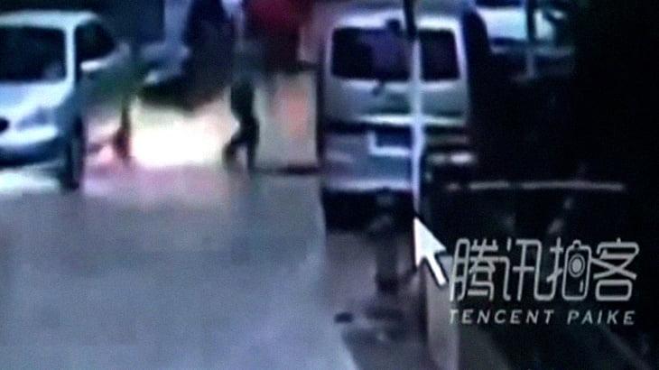 【衝撃映像】マンホールに爆竹を投げ入れた少年、爆発によりマンホールに落ちて死亡。