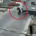 遮断器が降りた踏切を通過しようとしたバイク、列車に轢かれる。
