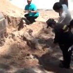 """【閲覧注意】ビーチの砂浜から """"胴体切断された女性"""" が発見されたグロ動画。"""