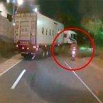 ブレーキ不良のバイク、トラックに突っ込んで脚を失ってしまう。