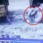古いタイヤをハンマーでトントン → タイヤ爆発して吹き飛ばされる男。
