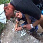 正義を執行するマン、2人の薬物中毒者をフルボッコにしてしまう。