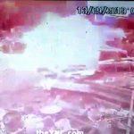まだガスが残るドラム缶の爆発により火だるまとなってしまう男性。