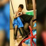 地下鉄車内でこっそり彼女にフェラさせながら本を読む男、バレバレww