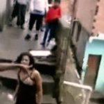 ブラジルの貧民街ファベーラで喧嘩する2人の女性。溢れ出る治安の悪さ・・・。