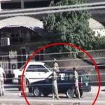 1台の車に設置された爆弾により吹き飛ばされる4人の兵士。