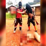 【超!閲覧注意】全裸の女性が引き摺られ斬首されるグロ動画。