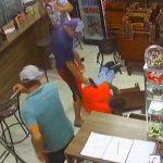 バーで口論となった男、銃を取り出すも奪われて射殺されてしまう。