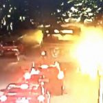 【衝撃映像】中国のバス、乗降中に爆発。