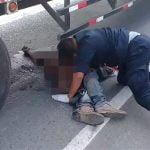 【超!閲覧注意】トラックの下に入り込んだグチャグチャの死体を引きずり出すグロ動画。