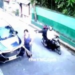 後ろから来たバイクの男に頭を撃たれて殺される女性。