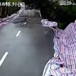 【衝撃映像】地すべりで道路が崩壊する瞬間。