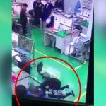 【衝撃映像】職場でムカつく女性社員をナイフで殺してしまった男。