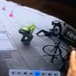 【衝撃映像】見知らぬ男に突き飛ばされてトラックに轢かれてしまう男性。