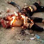 【閲覧注意】ISIS兵士の末路。火をつけられ石を投げつけられて殺されるグロ動画。
