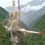 【衝撃映像】建設中の橋が崩壊して10人が死亡。再建するために残骸を爆破解体する映像。