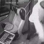 【衝撃映像】バスの運転手の頭をハンマーで殴り金を盗む男。
