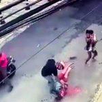 【衝撃映像】赤ちゃんを抱えていた父親、銃で撃ち殺されてしまう・・・。
