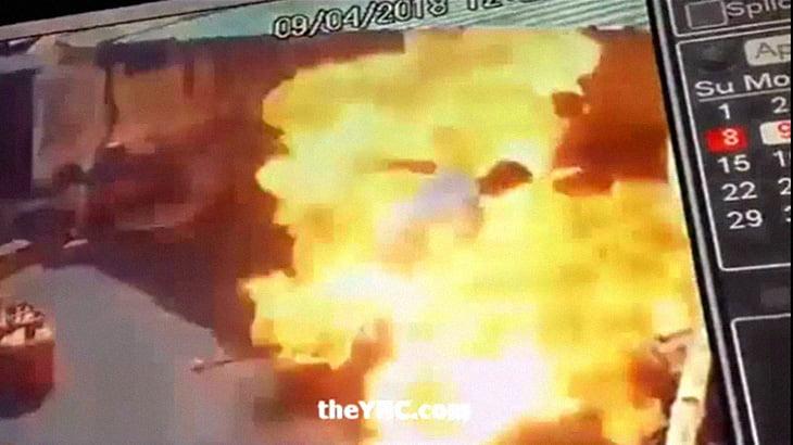 【衝撃映像】ガソリンを注いでいるところに火の点いたマッチを放り投げて大炎上。