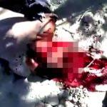 【超!閲覧注意】マチェーテで首と身体を切断されるグロ動画。