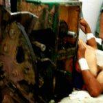 【超!閲覧注意】腸丸見え・・・木材を粉砕する機械で胴体を切断されたグロ画像。