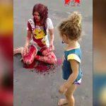 【閲覧注意】道路に血まみれの女の子が座ってるんだけど・・・。