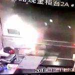 【衝撃映像】銀行の窓口で手続き中の女性、車に轢かれて死亡・・・。