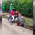 アフリカの泥棒、石を投げられたりバイクで轢かれたり散々な目に遭ってしまう・・・。