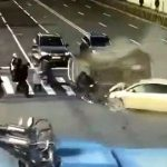 まるでボーリングのピンのように車になぎ倒される歩行者たち。