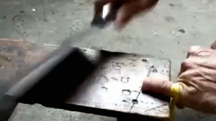 【閲覧注意】自分の小指を包丁で輪切りにしてしまうグロ動画。