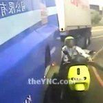 スクーターに乗った男性、左折するバスに巻き込まれて頭を踏み潰されてしまう・・・。