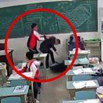 【衝撃映像】中国の学生、教師の頭をハンマーで何度も殴ってしまう・・・。