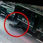 走行中のバスに自分の頭を踏ませて自殺した男。