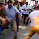 抗議のために自分の体に火をつける男。