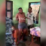 アフリカの罪人、2人の警察官により鞭打ちの刑に処せられる。