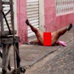 イカれ豊満女さん、路上で寝転び大開脚してアソコを露出させる大サービス。