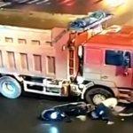 【衝撃映像】スクーターに乗った3人家族、トラックに轢かれて奥さんだけ轢かれてしまう・・・。