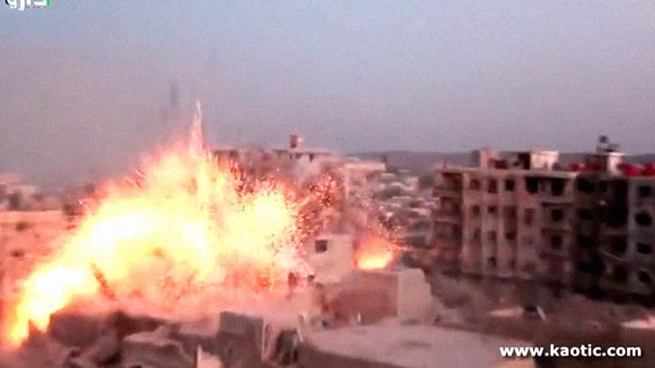 """【衝撃映像】すぐ目の前の建物が """"空爆により吹き飛ぶ"""" 瞬間。"""