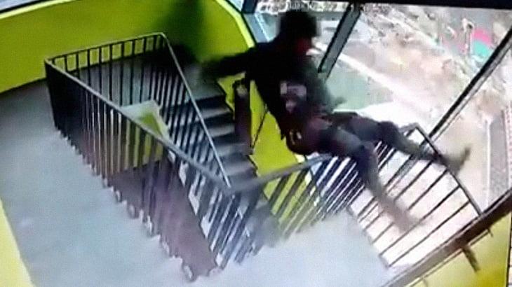 ハシゴを踏み外して階段の踊り場から転落死した作業員。