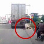 【閲覧注意】トラックの後輪に頭を突っ込んで自殺する男。