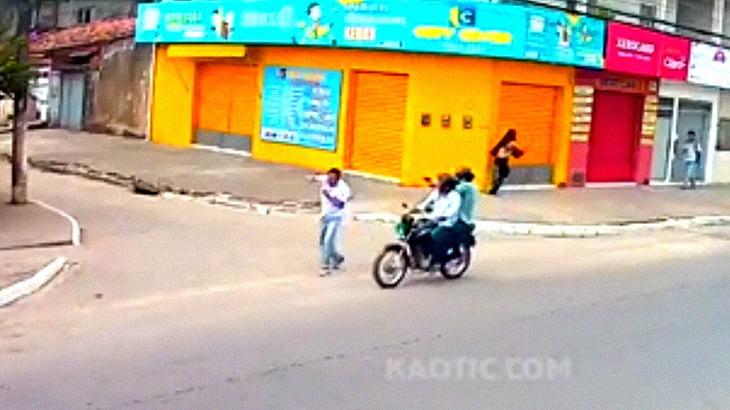 【衝撃映像】バイクの男に殺された男性。誰も助けようとしない住民たち。