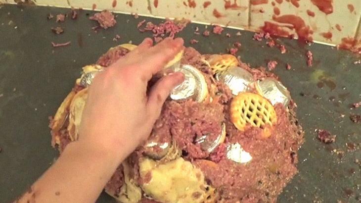 料理してるようでしていない、勢いに身を任せた動画。