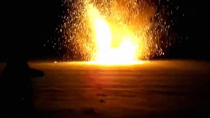 アルミニウムと酸化銅の化学反応により大爆発する実験映像。