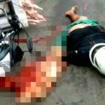 【閲覧注意】バイクに乗った男性が転倒してトラックの後輪に・・・。