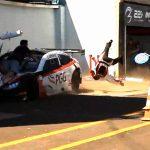 ピットインしていたレーシングカーがメカニックを轢いてしまうアクシデント。