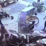 バイクのハンドルをいじってしまった幼い女の子、熱せられた油を全身に浴びてしまう・・・。